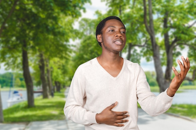 Ekspresyjny mężczyzna w parku
