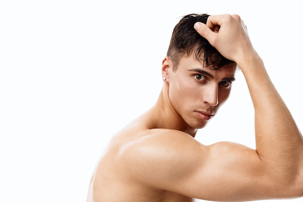 Ekspresyjny przystojny młody mężczyzna pozuje freestyle
