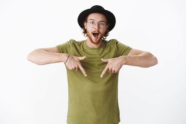 Ekspresyjny rudy brodaty mężczyzna w kapeluszu
