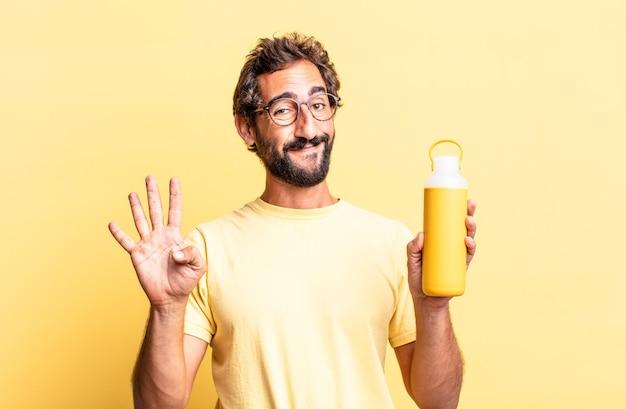 Ekspresyjny szaleniec uśmiechnięty i przyjazny, pokazujący cyfrę cztery z termosem do herbaty