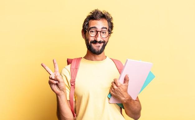 Ekspresyjny szalony mężczyzna uśmiechający się i wyglądający na szczęśliwego, gestykulujący zwycięstwo lub pokój. koncepcja dorosłego ucznia