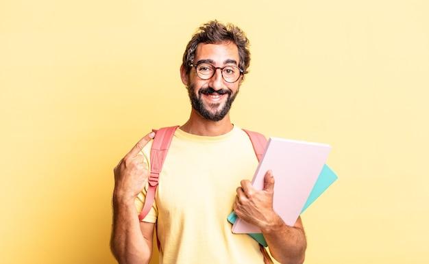 Ekspresyjny szalony mężczyzna uśmiechający się pewnie wskazując na swój szeroki uśmiech. koncepcja dorosłego ucznia