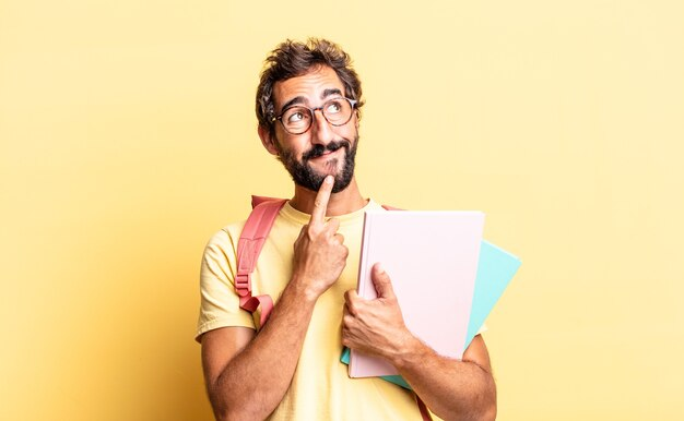 Ekspresyjny szalony mężczyzna uśmiechający się radośnie i marzący lub wątpiący. koncepcja dorosłego ucznia