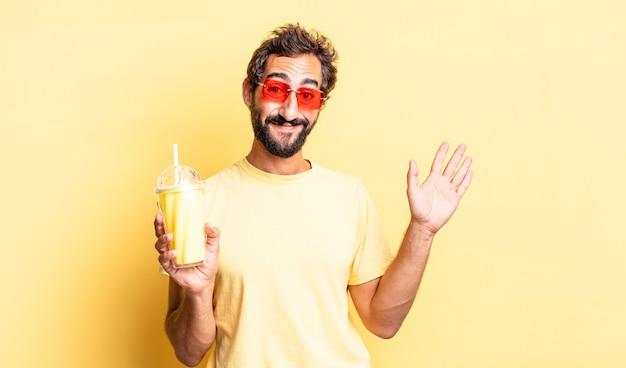 Ekspresyjny szalony mężczyzna uśmiechający się radośnie, machający ręką, witający i witający cię