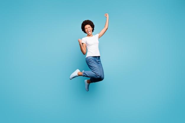 Ekstatyczna dama skacząca wysoko sportowo wyczynowa