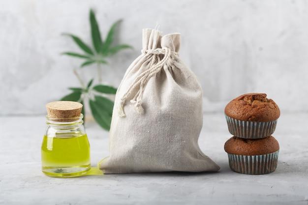 Ekstrakt oleju z konopi indyjskich, babeczki i worek tkaninowy produkowane przy użyciu tej rośliny