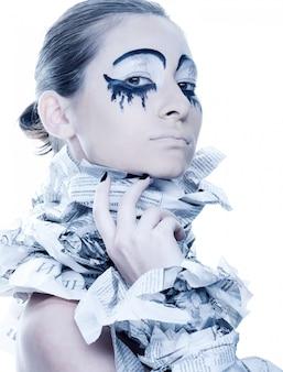 Ekstrawagancka kobieta z papierowymi sukienkami.