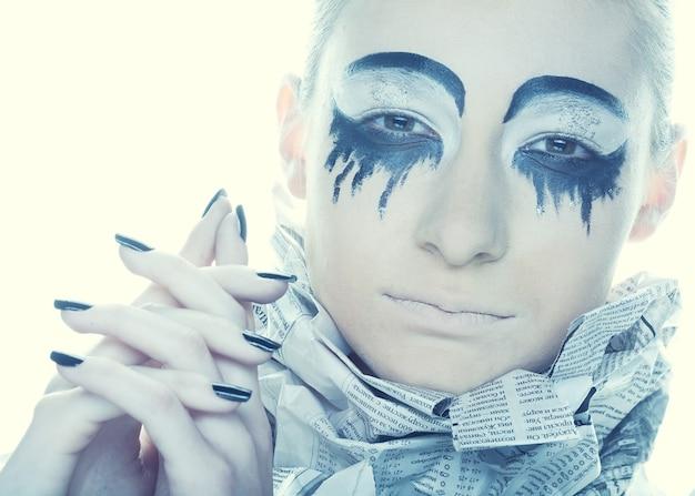 Ekstrawagancka kobieta z wiadomościami z papieru sukni. kreatywne oblicze, ciemna strona.