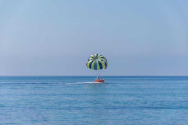 Ekstremalna przyjemność na powierzchni spokojnego morza.