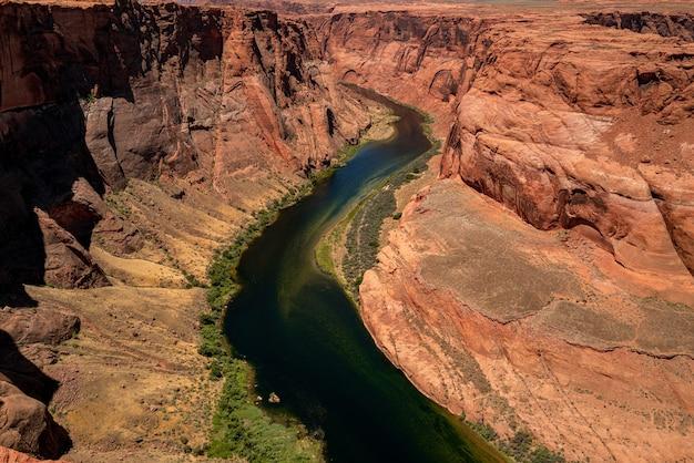 Ekstremalne wakacje na świeżym powietrzu. panoramiczny widok na wielki kanion. koncepcja jesienne wakacje. bend podkowy na rzece kolorado.