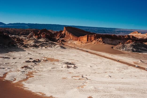Ekstremalny teren doliny księżyca na pustyni atacama w san pedro de atacama w chile.