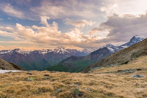 Ekstremalny teren na dużej wysokości, skalisty szczyt z malowniczym dramatycznym burzowym niebem