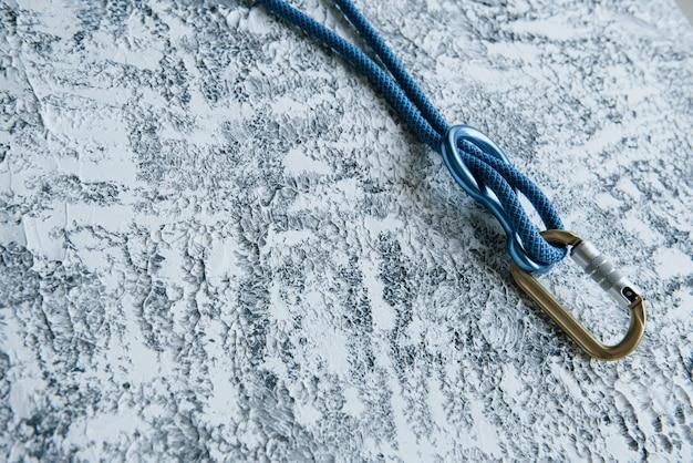Ekstremalny wypoczynek. węzeł z metalowym karabińczykiem. urządzenie w kolorze srebrnym do aktywnych sportów