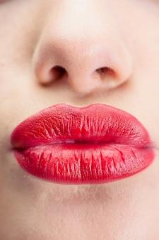 Ekstremalnych bliska na wspaniałe czerwone usta całuje się w aparacie