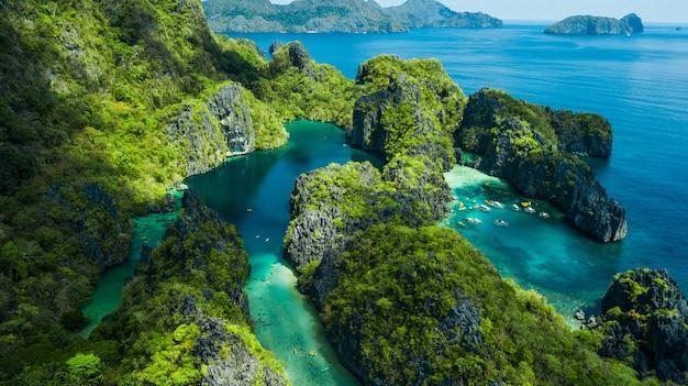 El nido, palawan, filipiny. widok z lotu ptaka na big lagoon, small lagoon i wapienne skały