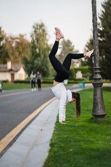 Elastyczna gimnastyczka na zewnątrz