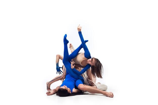 Elastyczna grupa współczesnych tancerzy art contemp dance niebiesko-biała kombinacja emocji