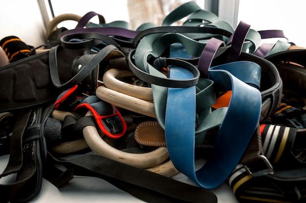 Elastyczna gumowa lina w różnych kolorach.