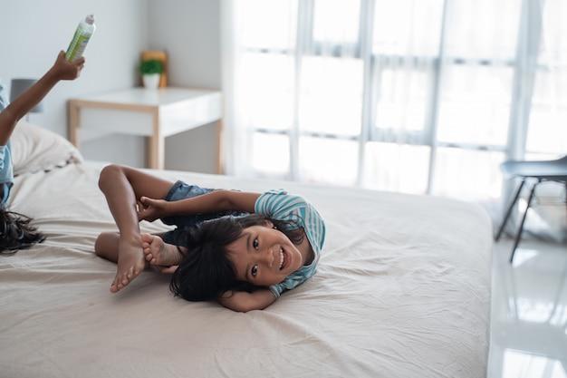 Elastyczna młoda dziewczyna na łóżku