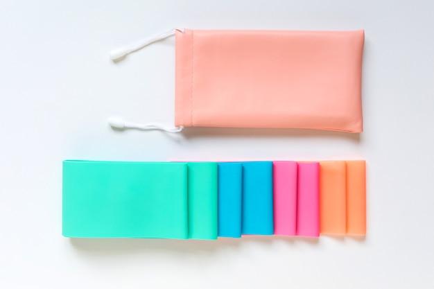 Elastyczne gumowe taśmy oporowe i woreczek do przechowywania na białym tle