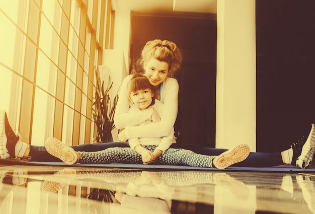 Elastyczne kobieta przytulając córkę