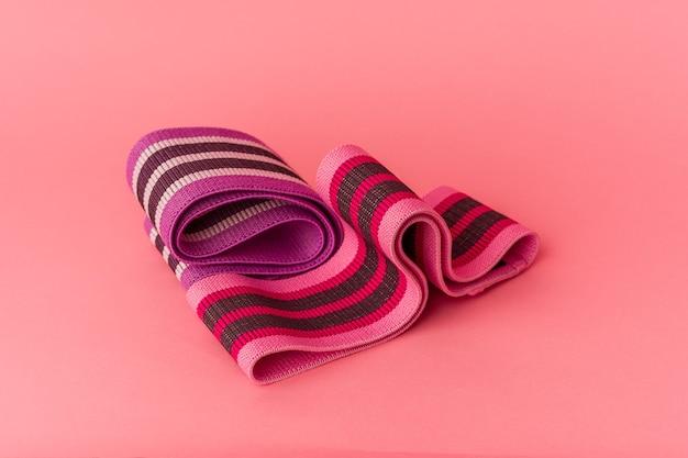 Elastyczne opaski na różowym tle