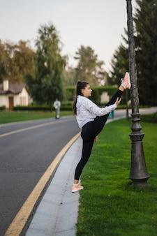 Elastyczne rozciąganie gimnastyczki
