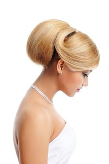 Elegancja blond kobieta z kreatywną fryzurą - widok profilu