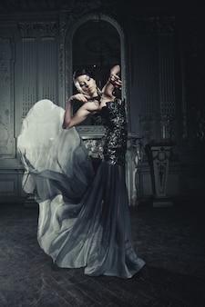 Elegancja kobieta z latającą sukienkę w pokoju pałacu