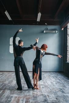 Elegancja mężczyzna i kobieta na szkolenia ballrom dance w klasie