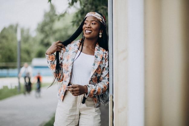 Elegancka amerykanin afrykańskiego pochodzenia kobieta w parku