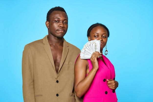 Elegancka amerykanin afrykańskiego pochodzenia para z pieniądze, bogactwa pojęcie