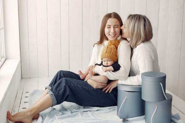 Elegancka babcia w domu z córką i wnukiem