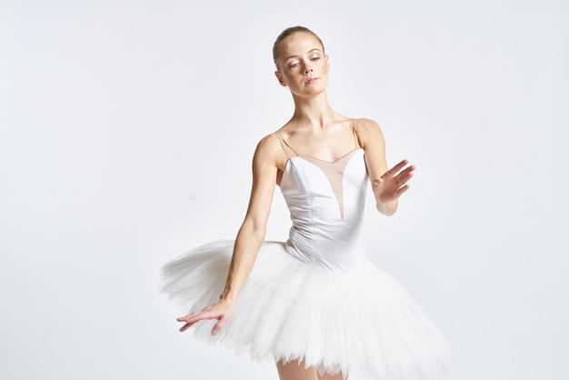 Elegancka baletnica w białej sukience