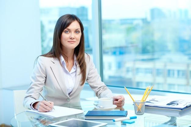 Elegancka bizneswoman pisze list