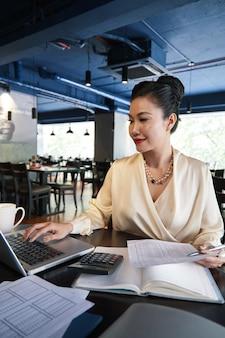 Elegancka bizneswoman pracująca na laptopie