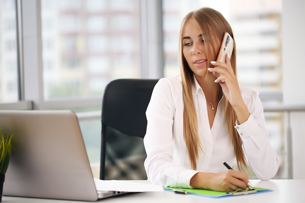 Elegancka bizneswoman w biurze
