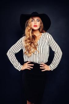 Elegancka blond modelka w kapeluszu
