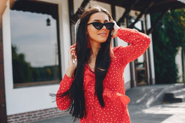 Elegancka brunetka w letnim mieście