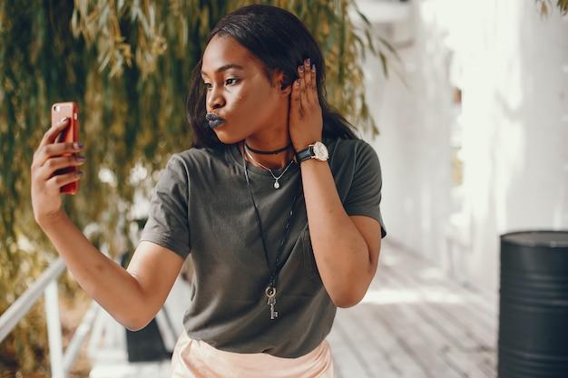 Elegancka czarna dziewczyna w letnim mieście