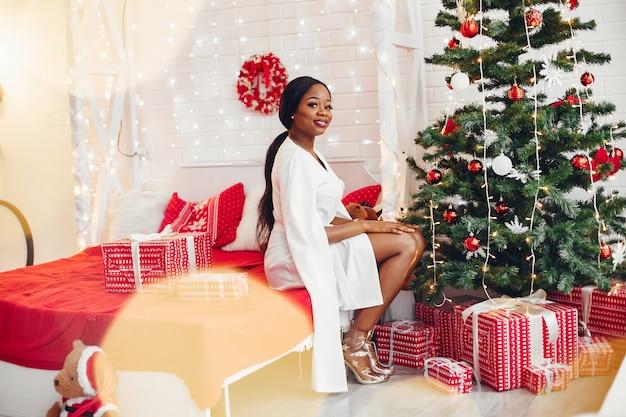 Elegancka czarna dziewczyna w pokoju na boże narodzenie