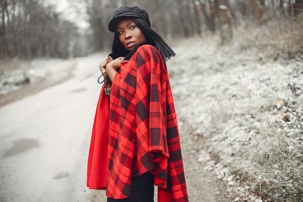 Elegancka czarna dziewczyna w winter park