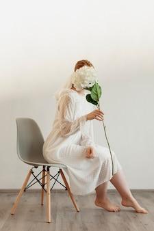 Elegancka dama trzyma kwiat