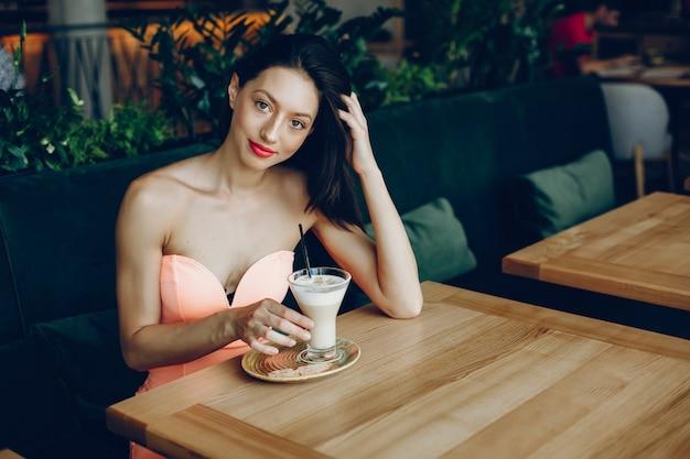 Elegancka dama z kawą