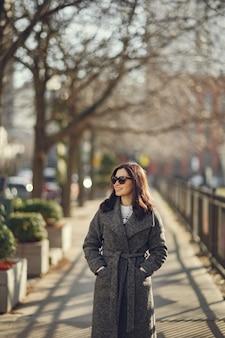 Elegancka dziewczyna spacer w zimowym mieście.