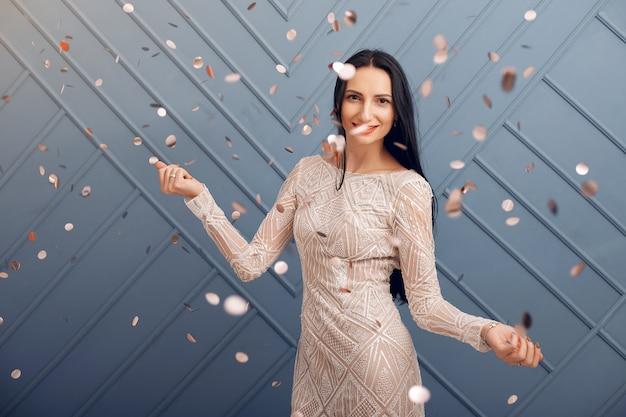 Elegancka dziewczyna świętuje w studio