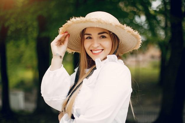 Elegancka dziewczyna w wiosna parku