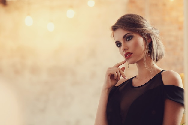 Elegancka i czarująca kobieta z pozować makeup, mody pojęcie