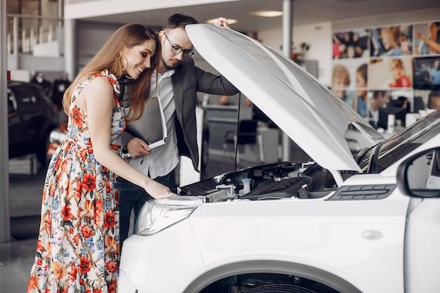 Elegancka i elegancka kobieta w samochodowym salonie