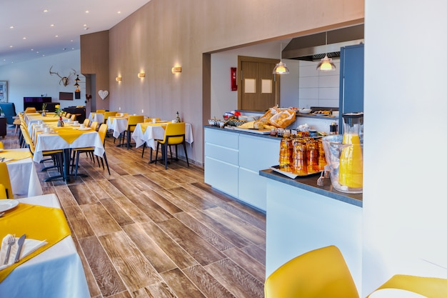 Elegancka i minimalistyczna restauracja w skandynawskim hotelu